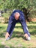 Nell'allungamento dell'uomo anziano di forma all'aperto Fotografia Stock Libera da Diritti