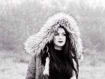 Nell'ambito del distogliere lo sguardo teenager della ragazza del cappuccio Fotografia Stock