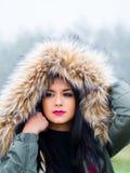 Nell'ambito del ritratto teenager della ragazza del cappuccio Fotografie Stock Libere da Diritti
