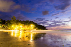 Nell'ambito della luce degli hotel della spiaggia di Karon Fotografie Stock