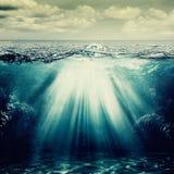 Nell'ambito della superficie dell'oceano Immagini Stock Libere da Diritti