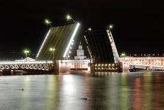 Nell'apertura del ponte aperto del palazzo potete vedere la costruzione del Kunstkamera di Pietroburgo fotografia stock