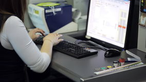 Nell'area reception dell'aeroporto la donna sta sedendosi il lavoro con il computer video d archivio