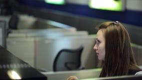 Nell'area reception due dell'aeroporto le lavoratrici stanno parlando video d archivio