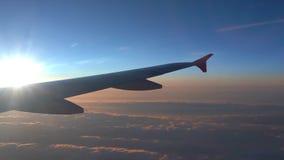 Nell'aria, vista della siluetta dell'ala di aereo con l'orizzonte blu scuro del cielo video d archivio