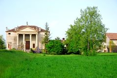 Nell'azzurro tenue del cielo di nel verde del prato e di palladiana della villa in Di Vicenza (Italia) di provincia Immagine Stock Libera da Diritti