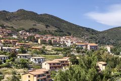 Nell'Elba do Rio, vila em um monte, a Ilha de Elba, Toscânia, Itália Fotos de Stock Royalty Free