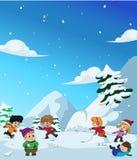 Nell'inverno, i bambini giocano nella neve molto allegro vettore e l'IL Fotografia Stock