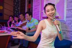 Nella barra di karaoke Immagini Stock