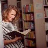 Nella biblioteca, nella ragazza o nella giovane donna dello studente con i libri Fotografia Stock