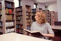 Nella biblioteca, nella ragazza o nella giovane donna dello studente con i libri Immagini Stock Libere da Diritti