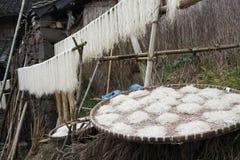 Nella caduta degli agricoltori della montagna fatti con le tagliatelle della patata dolce Fotografie Stock