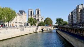 Nella capitale francese, il Notre-Dame de Paris è una cattedrale cattolica medievale stock footage