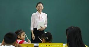 Nella classe, insegnante fare una certa domanda agli studenti stock footage