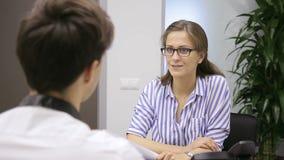Nella donna dell'ufficio nelle tenute di vetro un'intervista con l'uomo circa assumere archivi video