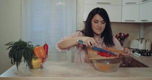 Nella donna della cucina sia preparano le verdure per la cena stock footage