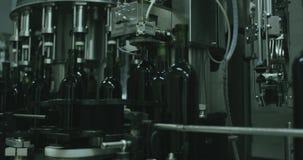 Nella fabbrica di vino mostra come una macchina che tappa le bottiglie 4K video d archivio
