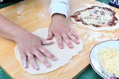 Nella fabbricazione fuori dalla crosta della pizza immagini stock
