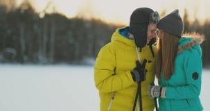 Nella foresta di inverno a corsa con gli sci di amore delle coppie di tramonto ed osservare intorno la bellezza della natura e le archivi video