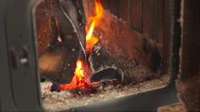 Nella fornace di fuoco bruciante stock footage