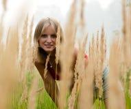 Nella giovane signora del campo Fotografie Stock