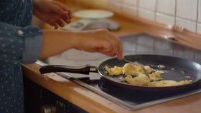 Nella padella uova fritte Prima colazione utile, fornello di induzione, casalinga Cucina, cucinando, uova rimescolate Primo piano stock footage