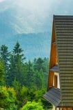 Nella priorità alta a fuoco è il tetto della casa, una vista della t Fotografie Stock