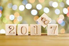 2018 nella priorità alta, sposta 2017 Cartolina di Natale Sul fondo luminoso del bokeh Fotografie Stock Libere da Diritti