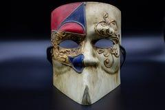 Nella priorità alta una maschera veneziana tipica di carnevale, intorno agli occhi i ricami degli ori immagine stock