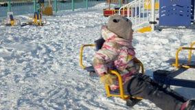 Nella ragazza del parco di inverno su un'oscillazione archivi video