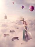 Nella ricerca del concetto di conoscenza Donna che cammina giù il passaggio del libro Fotografie Stock