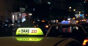 Nella sera sulle automobili andanti di una strada di grande traffico e sul controllore visto primo piano del taxi stock footage