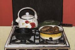 Nella vecchia stufa di gas è un vaso delle torte e di altri piatti, effetto d'annata fotografie stock