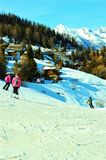 Nelle alpi svizzere, sciatori Fotografie Stock Libere da Diritti