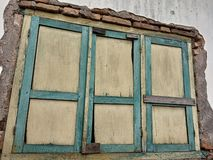 Nelle case con le vecchie finestre può essere raccomandato per fondo fotografia stock