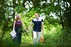Nelle coppie di amore che vanno sul picnic fotografia stock libera da diritti