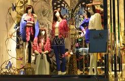 Nelle feste 4 manichini di modo nella finestra del negozio dell'abbigliamento Fotografia Stock