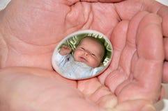 Nelle mani del padre Fotografia Stock