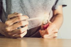 Nelle mani della gente è la sigaretta Sia informato della salute, del non fumo e dei narcotici fotografia stock