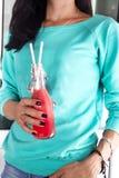 Nelle mani della ragazza una bottiglia dei frullati dell'anguria Immagini Stock Libere da Diritti