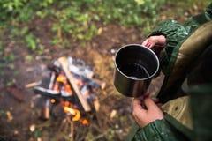 Nelle mani di una tazza di tè caldo Fotografia Stock Libera da Diritti
