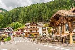 Nelle vie della città della montagna di Canazei - Italia Fotografie Stock