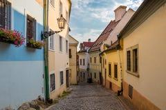 Nelle vie di Città Vecchia di Bratislava vicino al castello di Bratislava immagine stock libera da diritti