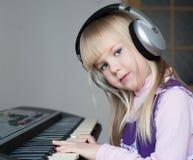 nelli ¡Cara, auriculares, piano! imagen de archivo