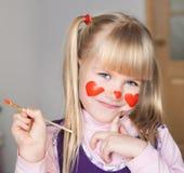 nelli ¡Cara, corazones rojos pintados! imagen de archivo libre de regalías
