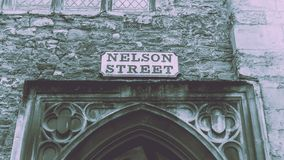 Nelson Street Old Name Signs ovanför valvgång Arkivbilder