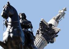 Nelsons kolonn- och konungskulptur Royaltyfri Foto
