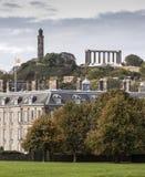 Nelsons och nationella monument från Holyrood slottjordning Royaltyfri Fotografi