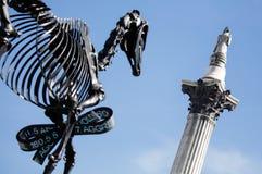 Nelsonskolom en Dinosaurusbeeldhouwwerk Royalty-vrije Stock Fotografie