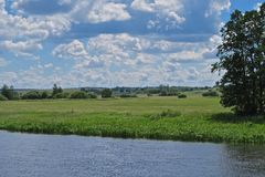 Neman河和绿色草甸在白俄罗斯 库存照片